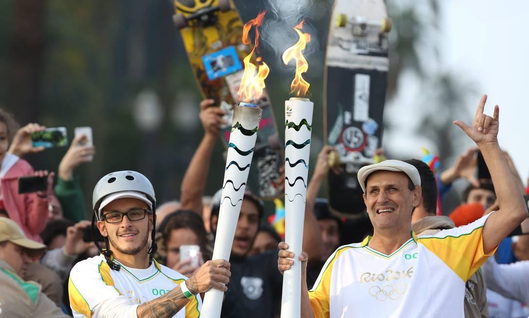 No Museu do Ipiranga, skatista entregou a tocha olímpica a deficiente visual: revezamento do fogo dos Jogos por São Paulo Marcos Alves / Agência O Globo