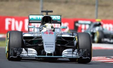 O Mercedes 44 de Lewis Hamilton no circuito de Hungaroring, em Budapeste: inglês venceu o GP da Hungria e assumiu a liderança da Fórmula-1 no ano Foto: Luca Bruno / AP