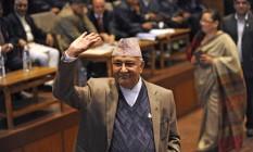 Em 28 de outubro de 2015, prermier KP Sharma Oli deposita seu voto durante as eleições para o novo presidente do Nepal, em Katmandu Foto: PRAKASH MATHEMA / AFP