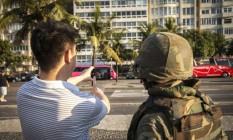 Carioca faz selfie com militar em Copacabana Foto: Hermes de Paula / Agência O Globo