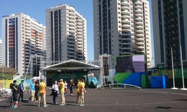 A Vila dos Altetas na manhã deste domingo: atletas chegando aos poucos Foto: Rodolfo Mageste / Agência O Globo