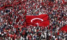 Simpatizantes de vários partidos políticos se reúnem na Praça Taksim de Istambul em marcha pela democracia Foto: BAZ RATNER / REUTERS