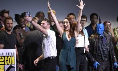 Brie Larson faz pose para foto com Chris Hardwick, que apresentou o painel da Marvel; ela apareceu de surpresa para 'selfie em família' Foto: Chris Pizzello/Invision/AP