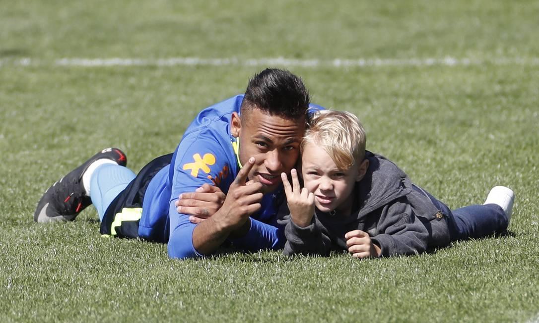 Neymar recebeu uma visita especial no treino da seleção neste domingo, na Granja Comary, em Teresópolis Antonio Scorza/ Agencia O Globo