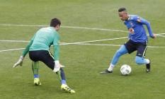 Neymar dribla o goleiro da seleção durante o treinamento na Granja Comary, em Teresópolis Foto: Antonio Scorza/Agência O Globo