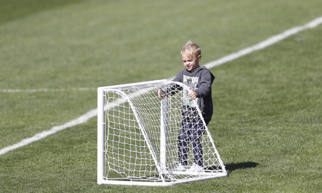 O menino ainda aproveitou para pegar uma trave pequena Antonio Scorza/Agência O Globo