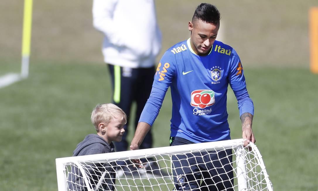 Depois disso, o menino foi ajudado pelo pai Antonio Scorza/Agência O Globo