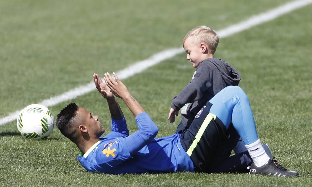 O jogador recebeu o filho, David Lucca, que foi para o campo brincar com o pai Antonio Scorza/Agência O Globo