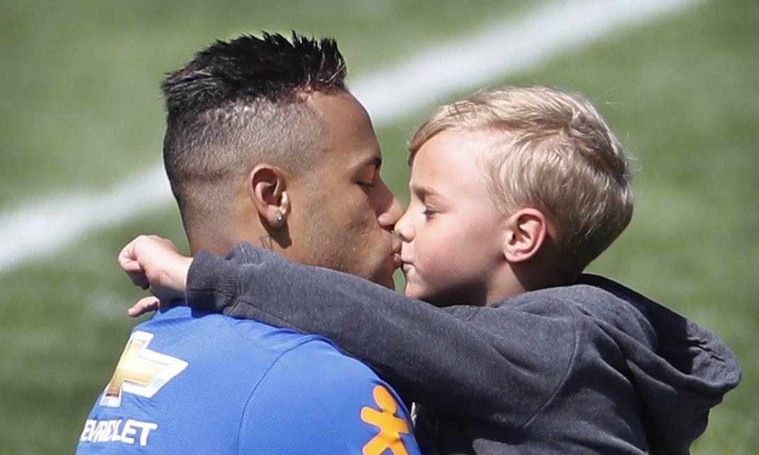 Neymar dá um beijo no filho após o treino da seleção Antonio Scorza/Agência O Globo
