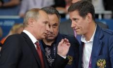O presidente da Rússia, Vladimir Putin (à esqueda), conversa com o ministro de Esportes Vitaly Mutko e o presidente do Comitê Olímpico da Rússia Aleksander Zhukov: país recebeu sinal verde para participar da Olimpíada do Rio Foto: ALEXEY DRUZHININ / AFP