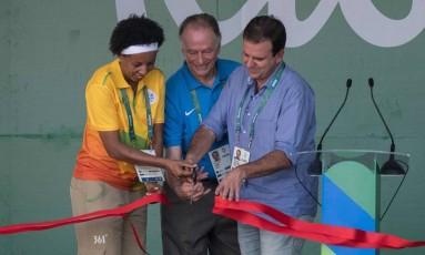 A ex-jogadora Janeth, o presidente do COB e do Comitê Rio-2016, Carlos Arthur Nuzman, e o prefeito do Rio, Eduardo Paes, na inauguração da Vila Olímpica Foto: AFP PHOTO / YASUYOSHI CHIBA