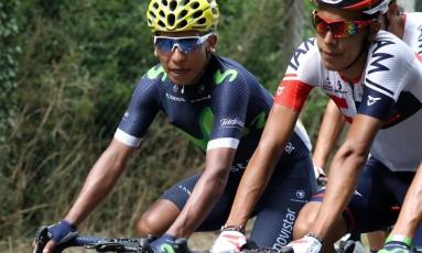 Nairo Quintana, de capacete amarelo, durante a disputa da última etapa do Tour de France, em Paris: problemas físicos devem tirar colombiano da Olimpíada Foto: KENZO TRIBOUILLARD / AFP