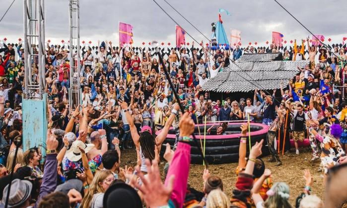 Frequentadores empolgados no festival Secret Garden Party Foto: Divulgação
