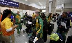 Delegação da África do Sul sendo recepcionada por voluntários no Aeroporto Internacional Tom Jobim Foto: Pablo Jacob
