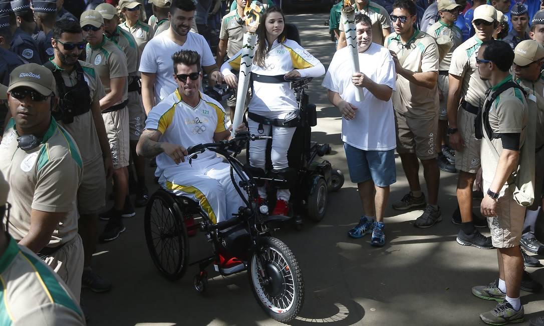 Fernando Fernandes, da canoagem paralímpica, e Laís de Souza, ginasta que ficou tetraplégica, também conduziram a tocha olímpica no domingo paulistano Marcos de Paula / Divulgação Rio2016