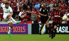 Samuel tenta finalizar durante a partida. Ataque tricolor não se encontrou na Arena da Baixada Foto: NELSON PEREZ/FLUMINENSE F.C.