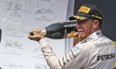 Hamilton comemora a vitória na Hungria Foto: Darko Vojinovic / AP