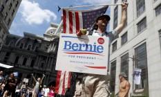 Disputas. Apoiadores de Bernie Sanders protestam na Filadélfia: senador derrotado nas primárias declarou apoio a Hillary, mas seus eleitores continuam a se manifestar Foto: John Minchillo / AP/John Minchillo
