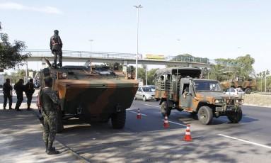 Presença ostensiva de militares em Deodoro: ontem, oficiais prenderam um homem por desacato na Vila Militar Foto: Pedro Teixeira / Agência O Globo