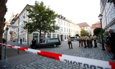 Polícia isola local próximo a explosão em Ansbach, na Baviera, por onde passa um carro de funerária Foto: MICHAELA REHLE / REUTERS