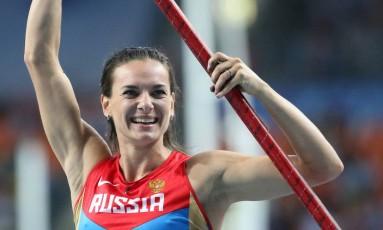 Yelena Isinbayeva celebra, em 2013, a vitória no salto com vara na Copa do Mundo de Moscou Foto: FRANCK FIFE / AFP