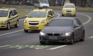 No Aterro do Flamengo, motoristas já transitavam pela faixa olímpica no primeiro dia de proibição Foto: Márcia Foletto