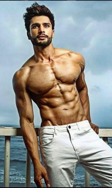 Guarde esse rosto, esse corpo e esse nome: Rohit Khandelwal. O dono de toda essa beleza é nada mais nada menos o dono do título do homem mais desejado do mundo em 2016 Instagram