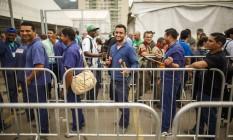 Funcionários contratados para corrigir problemas elétricos e hidráulicos chegam à Vila Olímpica nesta segunda-feira Foto: Daniel Marencp / Agência O Globo