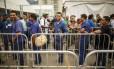 Funcionários contratados para corrigir problemas elétricos e hidráulicos chegam à Vila Olímpica nesta segunda-feira