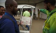 Funcionário contratado para corrigir problemas no prédio da Austrália é orientado por voluntário da Rio-2016 ao chegar à Vila Olímpica Foto: Daniel Marenco / Agência O Globo