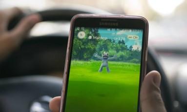 Parece óbvio, mas motoristas não devem jogar 'Pokémon Go' enquanto dirigem Foto: Amr Nabil / AP
