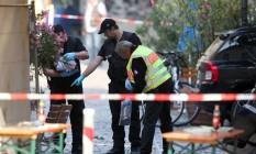 Policiais investigam o local do atentado em Ansbach, Alemanha Foto: DANIEL KARMANN / AFP