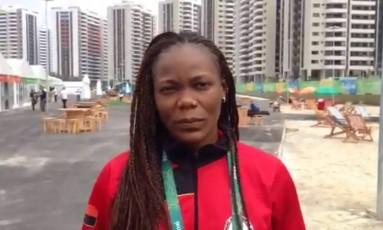Azenaide Carlos, atleta de handebol de Angola, reparou na ausência de aparelhos de TV nos apartamentos do país na Vila Olímpica Foto: Reprodução