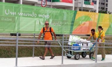 Membro da delegação da Holanda traz carrinho com itens de limpeza para a Vila Olímpica Foto: Victor Costa / O Globo