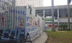 Tapume erguido por funcionários da Concrejato impede acesso à área aberta do Palácio Capanema Foto: Aline Macedo / Agência O Globo