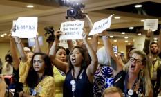 Manifestantes protestam contra a presidente demissionária do comitê democrata, Debbie Wasserman Schultz, na Filadélfia Foto: Matt Slocum / AP