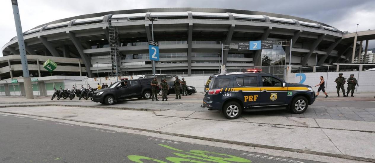 Equipes da PRF em frente ao Estádio do Maracanã Foto: Custódio Coimbra em 18/07/2016 / O Globo