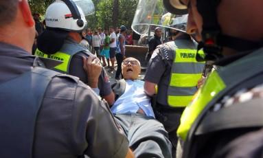 SP - REINTEGRAÇÃO/SUPLICY/PRISÃO - POLÍTICA - O ex-senador Eduardo Suplicy (PT), candidato a vereador em São Paulo, foi detido na manhã desta segunda-feira, 25, durante reintegração de posse na zona oeste da capital, por desobediência e obstrução à Justiça, segundo o capitão Eliel Pontirolli, da Polícia Militar. Suplicy se deitou no chão para impedir uma reintegração de posse que ocorre desde às 5 horas em um terreno ocupado por cerca de 350 famílias há pelo menos três anos na Cidade Educandário, na região da Rodovia Raposo Tavares. 25/07/2016 - Foto: SÉRGIO CASTRO/ESTADÃO CONTEÚDO Foto: SÉRGIO CASTRO / ESTADÃO CONTEÚDO