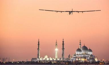 O Solar Impulse 2 decolou de Abu Dhabi em março do ano passado Foto: DIVULGAÇÃO