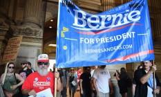 Simpatizantes de Bernie Sanders se reúnem em frente à Câmara Municipal da Filadélfia em preparação para marchar pelo centro da cidade no primeiro dia de convenção democrata Foto: JEFF J MITCHELL / AFP
