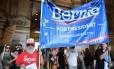 Simpatizantes de Bernie Sanders se reúnem em frente à Câmara Municipal da Filadélfia em preparação para marchar pelo centro da cidade no primeiro dia de convenção democrata