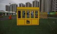 Instalação com erro de português dentro da área internacional da Vila Olímpica Foto: Daniel Marenco / Agência O Globo