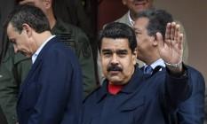 Nicolás Maduro acena após reunião no Palácio de Miraflores em Caracas Foto: JUAN BARRETO / AFP