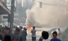 Carro pegou fogo na Rua Siqueira Campos, em Copacabana Foto: Frederico Portela