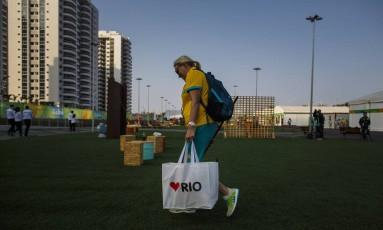 Declaração de amor: australianos entram com material de limpeza e bebidas na Vila Olimpica, na Barra Foto: Daniel Marenco / O Globo