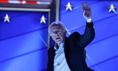 SBernie Sanders acena antes do início da Convenção Nacional Democrata em Filadélfia Foto: Carolyn Kaster / AP