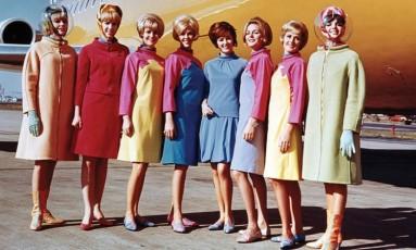 Uniforme das aeromoças da Braniff International Airways em 1965 Foto: Divulgação/SFO