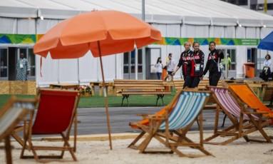 Atletas do Canadá caminham na área internacional da Vila Olímpica Foto: Daniel Marenco / Agência O Globo