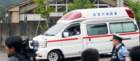 Ambulância chega a clínica invadida por homem que conduziu ataque a facadas no Japão Foto: AP