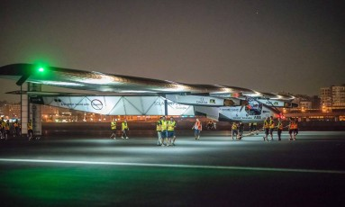 O Solar Impulse 2 em solo ainda no Cairo, pouco antes de partir para a última etapa da viagem de volta ao mundo na noite de sábado passado Foto: AFP/JEAN REVILLARD/REZO